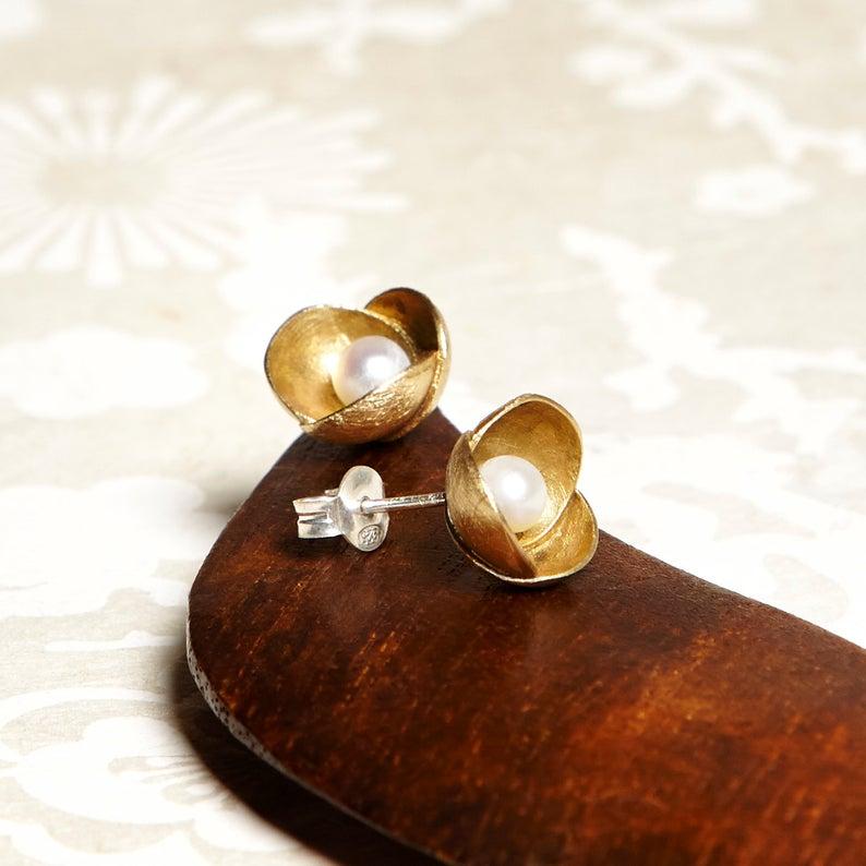 Pequeños pendientes de bronce de flor perlas de agua dulce,