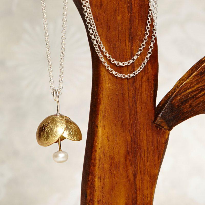 Colgante de bronce pequeña flor perla de agua dulce naturaleza. El regalo perfecto para ella.
